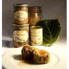 Choux Farcis - Le chou farci est une de nos spécialités culinaires. Les feuilles de choux sont lavées une par une, puis blanchies. On loge la farce fine (viande et gras de porc, œuf, sel, poivre, arômes) dans deux feuilles de chou et on y rajoute le jus cuisiné. Le tout est mijoté avec des choux et des carottes pendant plusieurs heures.