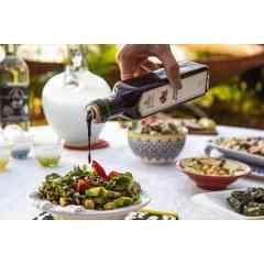 Mélasse de Grenade - 25cl - C'est un condiment indispensable de la cuisine libanaise! Elle remplace le vinaigre balsamique pour assaisonner les salades et les légumes grillés. Sert à mariner les viandes rouges et blanches. Un filet sur le houmous ou le baba ghanouj pour ajouter une pointe d'acidité. C'est un produit 100% naturel et qui se compose exclusivement de grenade.