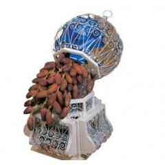Les dattes de la Tunisie - Deglet Nour c'est la reine de toutes les dattes. Commercialisée depuis 1870, la variété Deglet Nour est connue comme «  la datte de la lumière brillante » pour sa couleur blonde translucide, la douceur de son aspect et l'élégance de sa forme.. Elle est presque transparente, on en devine le noyau, elle a un arôme naturel de vieux rhum, de vanille, de fleur d'oranger. C'est la variété la plus appréciée au monde pour sa qualité supérieure et son goût mielleux unique. C'est la seule variété qui peut être commercialisée à l'état naturel sous formes de branchettes. La variété Deglet Nour est principalement produite à Kébili et à Tozeur.