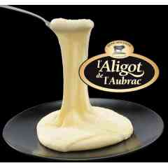 Aligot de l'Aubrac - Une véritable purée de pommes de terre, un bon tiers de Tome Fraîche au lait cru fabriquée par les fromagers à Laguiole, de la crème pour une texture onctueuse, sans colorant ni conservateur. L'Aligot de l'Aubrac c'est la garantie d'un goût et d'un filant inimitables. La Tome Fraîche de l'Aubrac, composante fromagère essentielle de l'Aligot de l'Aubrac, est fabriquée avec du lait cru produit sous un cahier des charges très exigeant assurant une agriculture durable sur l'Aubrac.