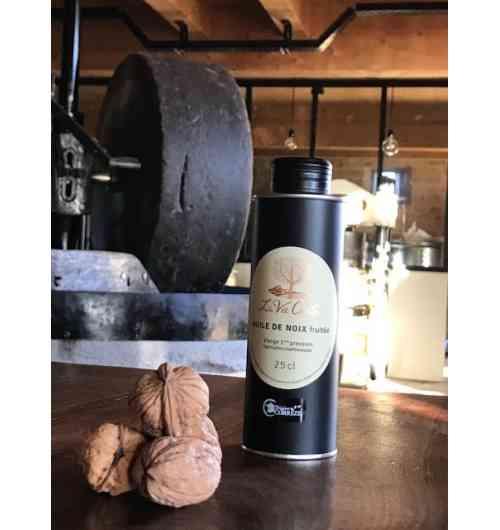 """Huile de noix """"fruitée"""" (25cl) - L'huile La Vie Contée à noix nue s'élabore fruitée ou mordorée précieux filet d'or...  Notre huile de noix vierge """"fruitée"""" est fabriquée dans le respect de la méthode traditionnelle du Périgord, artisanale et « 100% mécanique ».  C'est dans le chaudron en fonte que se fait le goût d'une huile pressée à chaud ! Après écrasement des cerneaux sous la meule, la pâte de noix est délicatement chauffée dans le chaudron en fonte pour retrouver en bouche un goût de noix nuancé par une fine note de grillé. L'huile repose ensuite deux semaines, ce qui lui permet de décanter naturellement, sans filtration mécanique.  Pour explorer les nuances incroyables de goût et de texture de la pressée à chaud en Périgord, nous vous proposons de découvrir notre triplette de « chaleureuses » : la fine douceur de la « fruitée », le goût légèrement grillé de l'« adorée » (AOC huile de noix du Périgord) ou le toasté plus intense de la « mordorée ».  L'huile de noix de La Vie Contée est conditionnée en bidon métallique alimentaire de 25cl (ou en bouteille en verre de 50 cl).  Composition : 100% huile de noix.   Conseils de dégustation L'huile de noix du moulin de La Vie Contée est parfaite pour l'assaisonnement de salades, mais aussi sur des viandes rouges tel que le magret de canard, ou encore sur des poissons en versant un filet d'huile au moment de servir : par exemple, l'huile de noix peut se substituer aux amandes pour revisiter une truite de manière subtile. Elle peut également apporter des notes douces aux veloutés (de potimarron par exemple) ou encore aux gaspachos (très original sur des épinards ou du cresson). Enfin, le gâteau au yaourt « 100% huile de noix » est immanquable pour les enfants.  Conservation Il est fortement recommandé de conserver l'huile à l'abri de la lumière, et de ne pas l'exposer à une température excédant une vingtaine de degrés.  Crédit photo : Anaka"""