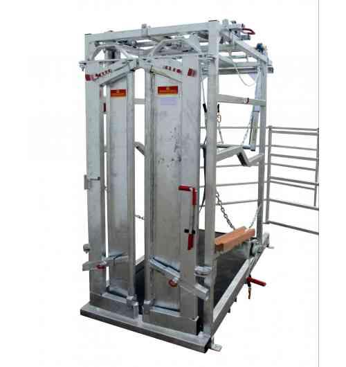 Cage de parage manuelle PM 4300 - Cage de parage pour vaches laitières avec porte avant autobloquante, tapis en caoutchouc, anti-recul pendulaire, treuils et sangles pour pattes avant et arrière, passage de fourches, et fixations au sol.