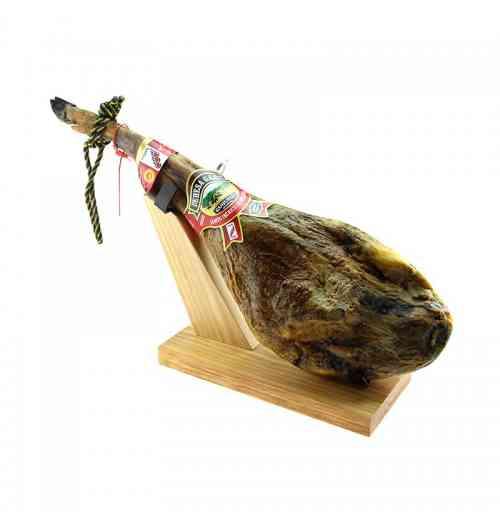PATA NEGRA BELLOTA JAMBON IBERIQUE - Le plus fameux des jambons du monde est sans nul doute le Pata Negra Bellota. Ce jambon sec haut de gamme est exquis en bouche, avec une texture fondante qui ravira les grands amateurs de charcuterie. Le jambon iberico est issu d'un savoir-faire artisanal qui se transmet de génération en génération, dans les paysages uniques de l'ouest de l'Espagne.