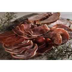 AUTRES SALAISONS - Nous fabriquons également un large choix d'autres produits de salaisons au sel sec de Méditerranée (non saumuré) tels que la coppa, le bacon, la pancetta ou autres types de poitrines (salée, fumée, séchée).