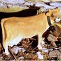 Grande vache en bois sculpté main (tarine) 33 x 19cm H: 9.5cm - <p>Grande vache en bois tarine</p> <p>Référence:BS864Marque:Les Sculpteurs du LacTaille:L : 33cm - l : 19cm - H : 9,5cmPoids:1,42 kg<br />Fiche technique:</p> <p>Grande vache en bois tarine<br />Matière : tilleul<br />Couleur : naturelle<br />Longueur : 33cm - largeur : 19cm - hauteur : 9,5cm</p>