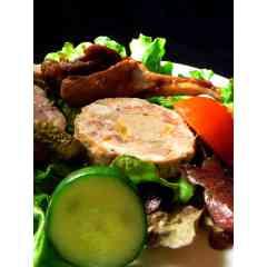 Terrine du chef au Foie Gras de Canard - Découvrez les saveurs Sud-Ouest : la terrine du chef est une terrine à base de porc dévoilant en son cœur un délicieux morceau de foie gras de canard entier (30%).  À déposer sur du pain tradition frais ou grillé.