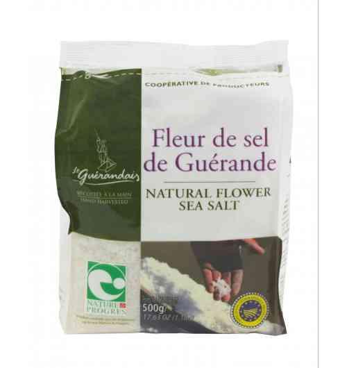 Fleur de Sel de Guérande Sachet 500g - Notre Fleur de Sel est délicatement cueillie à la surface de l'eau des œillets par les paludiers selon une méthode traditionnelle millénaire. Rare, naturellement blanche et d'une saveur incomparable, la fleur de sel Le Guérandais est prisée par tous les gourmets et chefs cuisiniers.