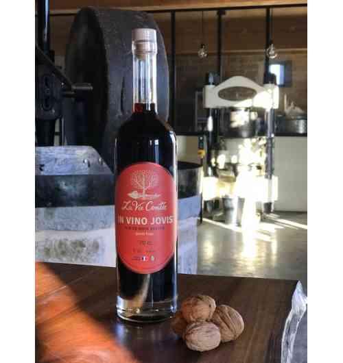 """Vin de noix vertes """"IN VINO JOVIS"""" - IN VINO JOVIS, notre vin de noix vertes est élaboré selon une recette traditionnelle dans la Vallée de la Dordogne corrézienne. Nous l'avons élaboré avec nos « noix de la Saint Jean », cueillies au printemps lorsque la coquille n'est pas encore formée sous le brou vert.  IN VINO JOVIS est un nom agréablement joyeux et respectueux des traditions festives, en forme de clin d'œil délicieux à cette association magnifique entre la noix et le vin.  Le nom latin de la noix est en effet """"Juglans"""" contraction de « Jovis glans » qui signifie le """"gland de Jupiter"""". C'est de ce nom « Jovis » que vient l'adjectif « jovial », qui signifiait en effet l'appartenance à Jupiter, avant d'évoluer vers le sens que nous connaissons aujourd'hui.   Rabelais le savait, lui qui, dans le prologue de Pantagruel, fait témoigner Mercure devant Jupiter… « en toute courtoisie et joviale honnesteté » !   Notre vin de noix IN VINO JOVIS, signifiant ainsi « dans le vin de noix, la joie ! » , est une invitation à boire – avec modération – « en toute courtoisie et joviale honnesteté » à la santé de tous les humanistes à travers les âges !"""
