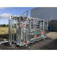 Cage de contention PM 2900 - Cage de contention ergonomique avec porte avant à serrage progressif, lève-tête et serrage en largeur pour tout type de bovins.