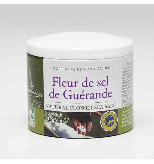 Fleur de Sel de Guérande Boite 125g - Notre Fleur de Sel est délicatement cueillie à la surface de l'eau des œillets par les paludiers selon une méthode traditionnelle millénaire. Rare, naturellement blanche et d'une saveur incomparable, la fleur de sel Le Guérandais est prisée par tous les gourmets et chefs cuisiniers.