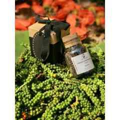 Poivre Patience de Tipadipa - Le poivre patience est cultivé à Tipadipa, un village situé à l'Ouest de la Côte d'Ivoire dans la région de Gagnoa.   Les feuilles de Neem et de Moringa qui ont été utilisées comme engrais pour la culture de ce poivre d'Exception; protègent naturellement les plants des insectes nuisibles et favorisent leur croissance.  Cette méthode de culture du poivre patience de Lady Melzah est l'ultime secret de son arôme frais et délicat; ainsi que de ses vertus médicinales.