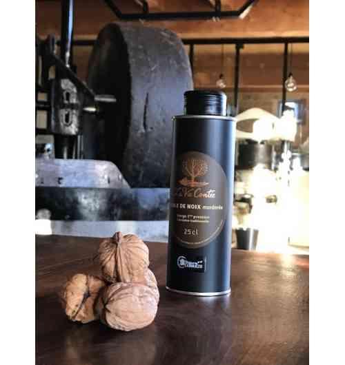 """Huile de noix """"mordorée"""" (25cl) - L'huile La Vie Contée à noix nue s'élabore, fruitée ou mordorée, précieux filet d'or...  Notre huile de noix vierge """"mordorée"""" est fabriquée dans le respect de la méthode traditionnelle du Périgord, artisanale et « 100% mécanique ».  C'est dans le chaudron en fonte que se fait le goût d'une huile pressée à chaud ! Après écrasement des cerneaux sous la meule, la pâte de noix est progressivement montée en température jusqu'à 110°C dans le chaudron en fonte pour que l'huile de noix « mordorée » offre en bouche un goût intense de noix toastée ! L'huile repose ensuite deux semaines, ce qui lui permet de décanter naturellement, sans filtration mécanique.  Pour explorer les nuances incroyables de goût et de texture de la pressée à chaud en Périgord, nous vous proposons de découvrir notre triplette de """"chaleureuses"""" : la fine douceur de la """"fruitée"""", le goût légèrement grillé de l'""""adorée"""" (AOC huile de noix du Périgord) ou le toasté plus intense de la """"mordorée"""".  L'huile de noix de la Vie Contée conditionnée en bouteille en verre de 50 cl ou en bidon métallique alimentaire de 25 cl.  Composition : 100% huile de noix.  Conseils de dégustation L'huile de noix du moulin de La Vie Contée est parfaite pour l'assaisonnement de salades, mais aussi sur des viandes rouges tel que le magret de canard, ou encore sur des poissons en versant un filet d'huile au moment de servir : par exemple, l'huile de noix peut se substituer aux amandes pour revisiter une truite de manière subtile. Elle peut également apporter des notes douces aux veloutés (de potimarron par exemple) ou encore aux gaspachos (très original sur des épinards ou du cresson). Enfin, le gâteau au yaourt « 100% huile de noix » est immanquable pour les enfants.  Conservation Il est fortement recommandé de conserver l'huile à l'abri de la lumière, et de ne pas l'exposer à une température excédant une vingtaine de degrés.  Crédit photo : Anaka"""