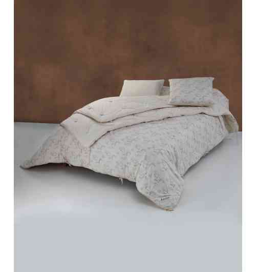 Couette en pure laine - Une couette Ardelaine c'est de la douceur, du confort et une chaleur saine. Produit durable, elle vous accompagne pendant plus de 10 ans. En hiver où l'on peut s'envelopper douillettement, comme en été où la légèreté de la laine est appréciable, on fond pour la couette Ardelaine !  La laine est une fibre idéale et écologique pour une couette. Renouvelable, elle pousse chaque année sur le dos du mouton. Biodégradable, lorsqu'elle n'est plus utilisée elle peut être compostée. Autonettoyante, elle nécessite peu de lavages. Locale, son transport de fait à minima.   Toutes nos couettes sont fabriquées en France dans notre atelier de Saint-Pierreville en Ardèche et sont garnis à 100% de pure laine vierge locale non traitée et enveloppée de coton biologique sur les deux faces. Depuis plus de 35 ans le savoir-faire artisanalde notre Scop vous garantit une expérience reconnue etun travail respectant les qualités naturelles de la laine.  La pure laine vierge utilisée pour nos couettes est exclusivement de la race Blanche du Massif Central qui a une fibre courte avec beaucoup de ressort. Elle est tondue dans un rayon local autour de notre fabrique en Ardèche chez des éleveurs qui s'engagent, dans un contrat qualité, à ne pas traiter les toisons des moutons(référence Cahier des charges élevage biologique).  Nos différentes couettes sont garnies exclusivement de pure laine vierge. Fibre naturelle et écologique, elle vous garantira un sommeil sain.  Isolante, la laine naturelle va vous protéger du chaud comme du froid. En hiver, on peut ainsi économiser de l'énergie en ne chauffant plus nos chambres ! De par sa structure, la laine est régulatrice de l'humidité dégagée par notre corps, offrant un excellent confort de couchage été comme hiver avec une chaleur saine et confortable. La laine est composée de kératine, une protéine composant nos ongles et nos cheveux : c'est doncune fibre naturellement saine et anallergique. Elle est un des plus faibles générate