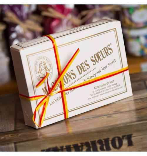 Les MACARONS DES SOEURS - Véritables Macarons de Nancy :C'est cette authentique recette qui ne cesse, depuis quatre siècles, d'être l'objet de recherche par des pâtissiers, cuisiniers et confiseurs de Nancy, mais qui reste inégalée encore aujourd'hui. Ce secret est actuellement détenu par Nicolas Génot de la Maison des Sœurs Macarons.  Cette savoureuse friandise est uniquement fait d'un délicat mélange de blanc d'oeufs, de sucre et d'amandes de Provence ce qui en fait le Macaron fidèle à la tradition