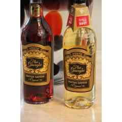 Floc de Gascogne Rosé (Rouge) - FLOC DE GASCOGNE Appellation d'Origine Contrôlée 17% - 750 ml Le Floc de Gascogne est issu d'une recette du 16ème siècle remise au goût du jour en 1974 au Château Garreau où la 1ère élaboration offi-cielle a été réalisée. Charles Garreau fût le 1er Président du syndicat des producteurs. Floc de Gascogne est une appellation d'origine contrôlée qui existe en deux couleurs : Floc rosé (nom officiel), appelé aussi rouge, et Floc blanc. Température idéale : 8°C. Peut être servi également en cocktails ou avec des glaçons. Floc Royal : 2 cl de Floc Rouge, compléter avec du Champagne Floc Trendy : 3 cl de Curaçao, 5 cl de Floc blanc, un trait de jus de citron, compléter avec du Perrier. Les Flocs de Gascogne du Château Garreau sont régulièrement ré-compensés et sélectionnés par les guides des vins : Médaille d'argent Concours Général Agricole 2012, Médailles d'or et bronze Eauze 2012, Guide Dussert des Vins, Un Vin presque parfait M6, Médaille d'or Fémi-nalise. Médaille d'or 2016 Vins du Sud Ouest, Guide Hachette des vins 2012, 2013, 2014, 2017,2018, 2019..... Floc de Gascogne. Rosé (Rouge). Très doux, notes de fruits rouges marquées (cassis…). A déguster en apéritif ou en accompagnement d'un melon, de salades de fruits, de desserts au chocolat, de fraises, de plats sucrés salés. Composition : 30% armagnac, 70% Moût de raisins rouges (Merlot, Cabernet Franc)