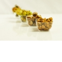IGP Noisette de Cervioni  - <p>La noisette est traditionnellement cultivée sur la côte orientale de l'île, principalement dans l'Ampugnanu, la Casinca et la Costa Verde. Cette aire géographique correspond à celle de l'IGP «Noisette de Cervioni».Son mode de culture est exempte de traitements phytosanitaires et d'engrais chimique.</p> <p>Le goût de la «Noisette de Cervioni» est franc et net, ni rance, ni amer. Il peut être légèrement boisé. Les noisettes sont sucrées, d'un sucre brut, roux et aromatique. Sur les amandons secs, on retrouve une saveur corsée, grillée, toastée.</p> <p>La noisette de Cervioni est consommée comme fruit sec à l'apéritif ou en dessert. Elle entre également dans une large gamme de produits dérivés: crème, huile alimentaire ou à usage cosmétique, farine, chocolat, nougat…. Enfin, elle a donné naissance à une pâte à tartiner, «Nuciola», à base d'éclats de noisettes et issue du commerce équitable ainsi qu'à un condiment: le Salinu (noisettes broyées et sel Bio).</p>