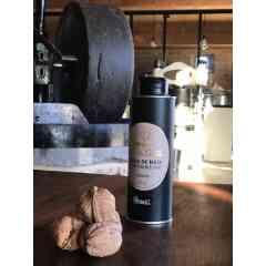 """Huile de noix """"adorée"""" AOC huile de noix du Périgord (25cl) - Notre huile de noix """"adorée"""" est fabriquée dans le respect du cahier des charges de l'appellation d'origine contrôlée « huile de noix du Périgord », en s'approchant du plafond de température autorisé (95°C) : https://www.noixduperigord.com/assets/kcfinder/upload/sites/files/16/fichiers/CDC_HuileNPerigord_BO.pdf .  C'est dans le chaudron en fonte que se fait le goût d'une huile pressée à chaud ! Après écrasement des cerneaux sous la meule, la pâte de noix est délicatement chauffée dans le chaudron en fonte pour développer pour cette huile """"adorée"""" un léger goût de grillé qui vient équilibrer le goût de noix. L'huile repose ensuite deux semaines, ce qui lui permet de décanter naturellement, sans filtration mécanique.  Pour explorer les nuances incroyables de goût et de texture de la pressée à chaud en Périgord, nous vous proposons de découvrir notre triplette de """"chaleureuses"""" : la fine douceur de la """"fruitée"""", le goût légèrement grillé de l'""""adorée"""" (AOC huile de noix du Périgord) ou le toasté plus intense de la """"mordorée"""".  L'huile de noix de La Vie Contée est conditionnée en bidon métallique alimentaire de 25cl (ou en bouteille en verre de 50 cl).  Composition : 100% huile de noix.  Conseils de dégustation L'huile de noix du moulin de La Vie Contée est parfaite pour l'assaisonnement de salades, mais aussi sur des viandes rouges tel que le magret de canard, ou encore sur des poissons en versant un filet d'huile au moment de servir : par exemple, l'huile de noix peut se substituer aux amandes pour revisiter une truite de manière subtile. Elle peut également apporter des notes douces aux veloutés (de potimarron par exemple) ou encore aux gaspachos (très original sur des épinards ou du cresson). Enfin, le gâteau au yaourt « 100% huile de noix » est immanquable pour les enfants.  Conservation Il est fortement recommandé de conserver l'huile à l'abri de la lumière, et de ne pas l'exposer à une température excé"""