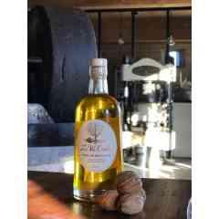 """Huile de noix """"fruitée"""" (50cl) - L'huile La Vie Contée à noix nue s'élabore, fruitée ou mordorée, précieux filet d'or...  Notre huile de noix vierge """"fruitée"""" est fabriquée dans le respect de la méthode traditionnelle du Périgord, artisanale et « 100% mécanique ».  C'est dans le chaudron en fonte que se fait le goût d'une huile pressée à chaud ! Après écrasement des cerneaux sous la meule, la pâte de noix est délicatement chauffée dans le chaudron en fonte pour retrouver en bouche, avec cette huile """"fruitée"""", un goût de noix nuancé par une fine note de grillé. L'huile repose ensuite deux semaines, ce qui lui permet de décanter naturellement, sans filtration mécanique.  Pour explorer les nuances incroyables de goût et de texture de la pressée à chaud en Périgord, nous vous proposons de découvrir notre triplette de """"chaleureuses"""" : la fine douceur de la """"fruitée"""", le goût légèrement grillé de l'""""adorée"""" (AOC huile de noix du Périgord) ou le toasté plus intense de la """"mordorée"""".  L'huile de noix de La Vie Contée est conditionnée en bouteille en verre de 50 cl (ou en bidon métallique alimentaire de 25cl).  Composition : 100% huile de noix.  Conseils de dégustation L'huile de noix du moulin de La Vie Contée est parfaite pour l'assaisonnement de salades, mais aussi sur des viandes rouges tel que le magret de canard, ou encore sur des poissons en versant un filet d'huile au moment de servir : par exemple, l'huile de noix peut se substituer aux amandes pour revisiter une truite de manière subtile. Elle peut également apporter des notes douces aux veloutés (de potimarron par exemple) ou encore aux gaspachos (très original sur des épinards ou du cresson). Enfin, le gâteau au yaourt « 100% huile de noix » et à la farine de noix est immanquable pour les enfants.  Conservation Il est fortement recommandé de conserver l'huile à l'abri de la lumière, et de ne pas l'exposer à une température excédant une vingtaine de degrés.  crédit photo : Anaka"""