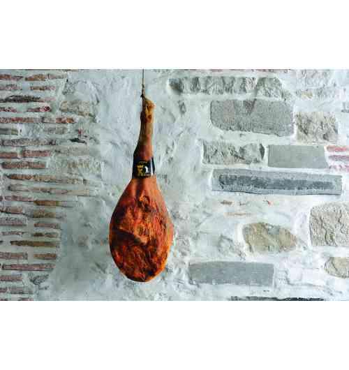 JAMBON KINTOA AOP - Jambon issu du porc noir et blanc de race basque (race jadis en voie de disparition, découverte au salon en 1988. Porcs élevés en montagne (pyrénées) au pays basque durant 15 mois, en plein air , sur des parcours d'herbe, de landes et de forêts; ils se nourrissent de glands, chataignes et faines et  complété par des céréales  non OGM  provenant du territoire AOC Les jambons sont salés au sel de SALIES DE BEARN IGP. Séchés et affinés pendant 20/22 mois à l'air libre dans notre séchoir collectif,  bercés par le vent du SUD , spécifique de la Vallée des ALDUDES Il est ensuite frotté au piment d'Espelette AOP Sa couleur rouge foncé, son persillé son gout profond et puissant en bouche, ses arômes de beurre et de sous bois le caractérisent