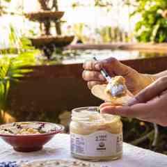 """Houmous - 300g - Un classique de la cuisine levantine à base de pois chiche et de pâte de sésame. Servir avec de l'huile d""""olive. Se marie bien avec la viande grillée, le poulet et les légumes. Idéal pour étaler sur les toasts et pita ou en trempette pour l'apéritif."""