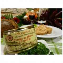 Terrine au Piment d'Espelette - Nos terrines et pâtés fins sont fabriqués grâce à des recettes typiques transmises de père en fils. A base de porc, cette terrine aux saveurs du sud ouest, titillera en douceur vos papilles avec sa poudre de piment Espelette.