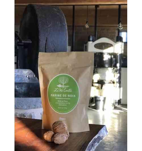 Farine de noix (sans gluten) - Une fois que l'huile est extraite, de manière mécanique à partir de la pâte de cerneaux de noix, la matière solide qui reste est broyée puis tamisée pour devenir de la farine de noix. Cette farine sans gluten, riche en fibres et en protéines, est très originale pour vos préparations culinaires : gâteaux, sauces, sucrées ou salées...