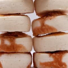 Bonbons La Rouroute au Galabé - Création La Caille Blanche. Biscuits traditionnels réunionnais à base de fécule de maranta arundinacea (arrow root) et de Galabés cultivés et transformés dans le jardin familial.