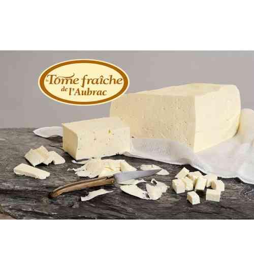 Tome fraîche de l'Aubrac au lait cru et entier - Ce fromage frais non salé est l'ingrédient essentiel dans la préparation de la Truffade et de l'Aligot de l'Aubrac. Première étape de fabrication du fromage de Laguiole, les possibilités d'utilisation de ce fromage frais non salé sont nombreuses en cuisine, en dehors des plats fromager de l'Aubrac, par exemple dans les pizzas, pâtes ou salades.