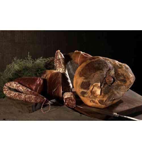 SALAISONS SECHES - La salaison est notre coeur de métier : jambon sec, saucisson et saucisse sèche mais également coppa, bacon, poitrine, chorizo. Notre jambon est affiné entre 7 et 12 mois et la saucisse sèche peut être proposée en pli, à la traditionnelle perche mais également en recettes spéciales : roquefort, canard, piment d'Espelette, cèpes, foie.
